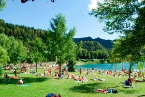 La spiaggia frequentata del lago di Ledro